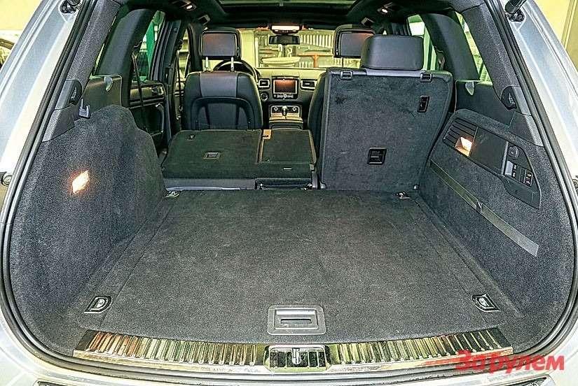 а багажник «Порше», понашим замерам, вышел на23л больше. Под полом уобоих докатка.