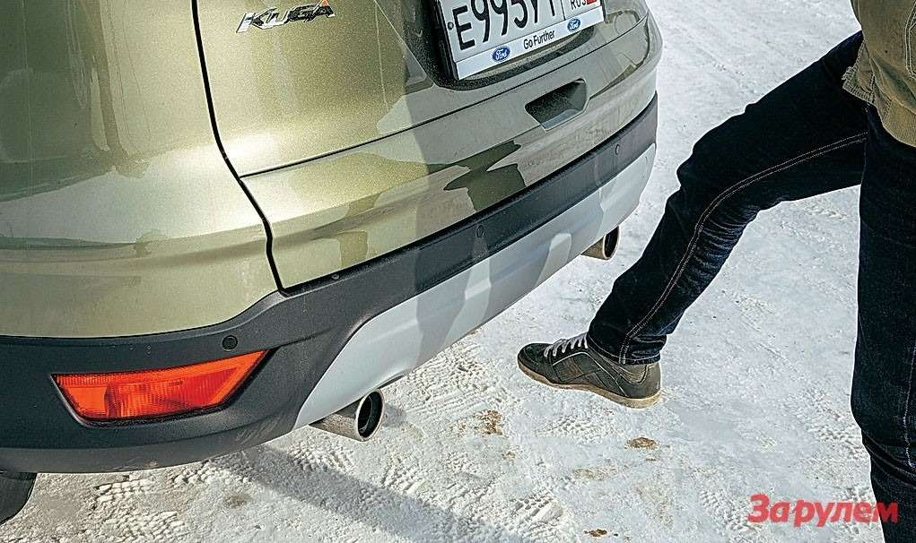 Ford Kuga: дляоткрывания умного багажника «Куги» достаточно провести ногой подбампером, имея вкармане ключ. Очень удобно, если обе руки заняты пакетами. Правда, не всегда получается спервого раза.