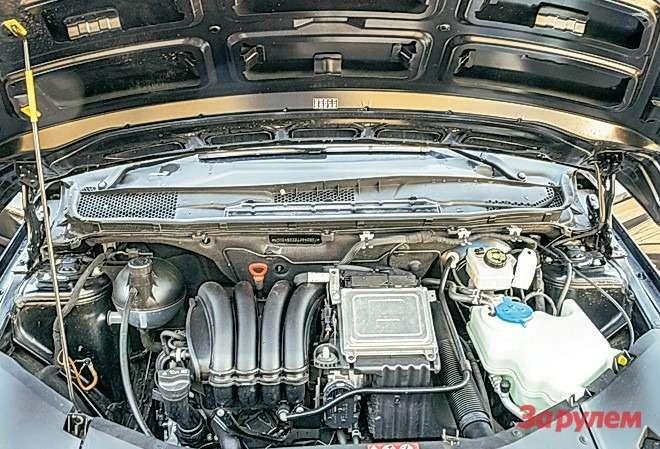 Mercedes-Benz B200 Крышка моторного отсека у«В-класса» не задрапирована шумопоглощающим матом. Возможно, это делают только надизельных версиях.