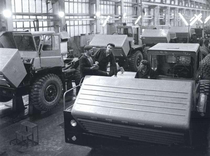 Конвейер самосвалов БелАЗ-540 состоял из17сборочных постов. Прежде наБелАЗе тоже собирали самосвалы МАЗ-525на конвейере, ноэто был напольный тележный конвейер без принудительного ритма— такой, каким его опробовали еще назаводе Oldsmobile в1901 году