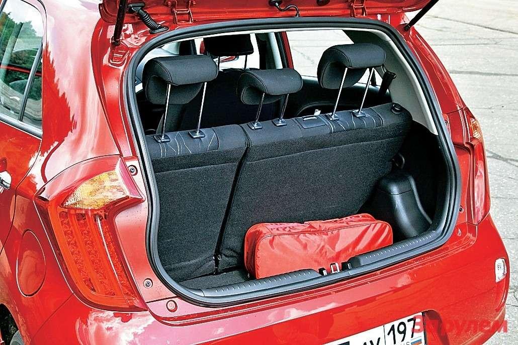 В «Пиканто» багажник оптимального размера, вот только полочку сверху почему-то не предусмотрели.