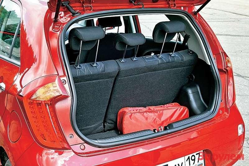 В «Пиканто» багажник оптимального размера, вот только полочку сверху почему-то непредусмотрели.