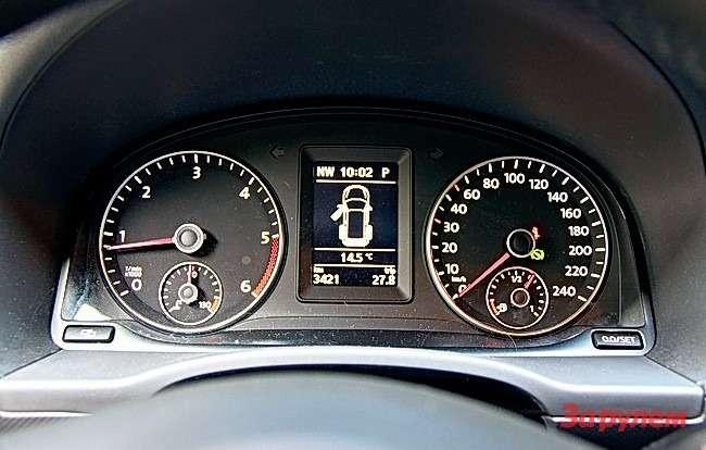 Volkswagen Caddy: Указатели температуры двигателя иуровня топлива перебрались изцентра нациферблаты спидометра итахометра, освободив место электронному дисплею. Последний стал информативнее, укрупнившись исменив красную подсветку набелую.