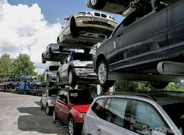 новые автомобили едут вавтосалоны