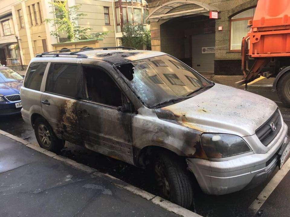 «Поклонники» фильма «Матильда» начали поджигать автомобили - фото 793220