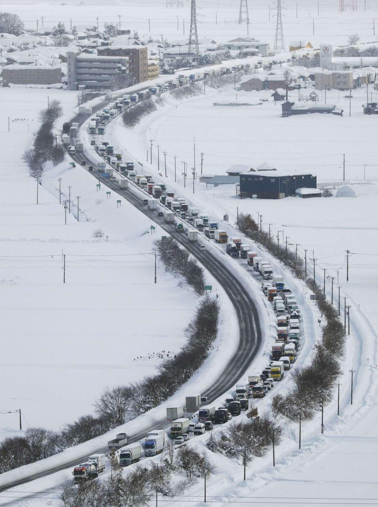 Снегопад вЯпонии: надорогах гибнут автолюбители— фото 845061