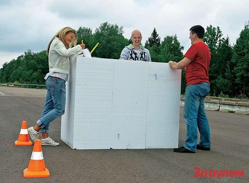 Пенопластовые кубики имитируют припаркованные автомобили. Абордюрный камень заменили невысокими конусами.