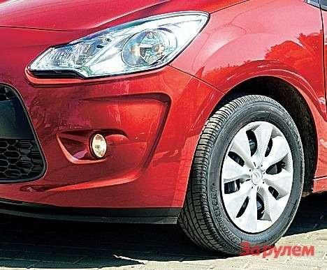 Противотуманные фары положены обоим автомобилям ввыбранных комплектациях. У«Ситроена»— штампованные диски прикрыты колпаками.