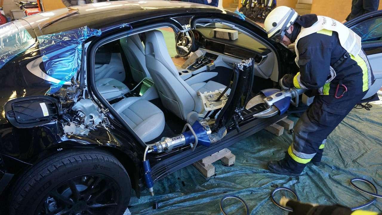 Потренировались наPorsche: пожарные распилили новенькую Панамеру— фото 710553