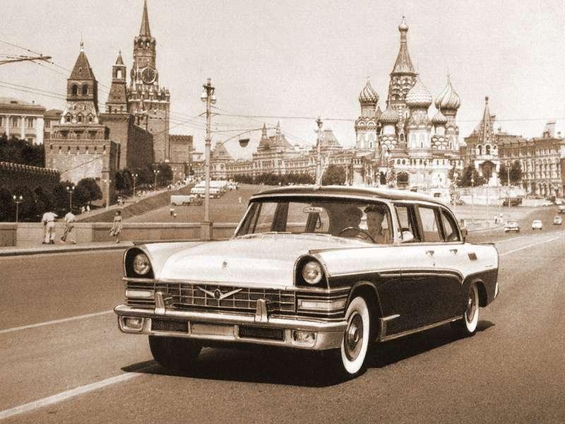 ЗИЛ-111(1959-1962гг.)— донор агрегатов длямикроавтобуса «Юность». Такие показатели, как колесная база иколея, уавтомобилей одинаковы, хотя автобус существенно длиннее лимузина