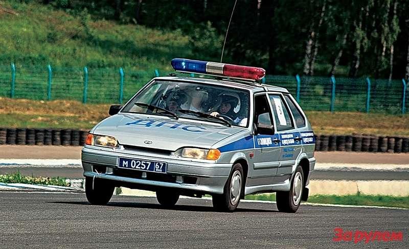 Бедным «ладам-114» наавтодроме тяжко: греются тормоза, дымят шины, кипят моторы. Аслучись импреследовать преступника? Время круга: 2,16.9.
