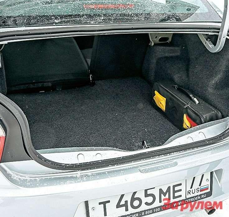 Багажник настолько глубок, что проблематично дотянуться доспинки сиденья, неиспачкав брюки обампер. Спинка складывается всоотношении 60:40.