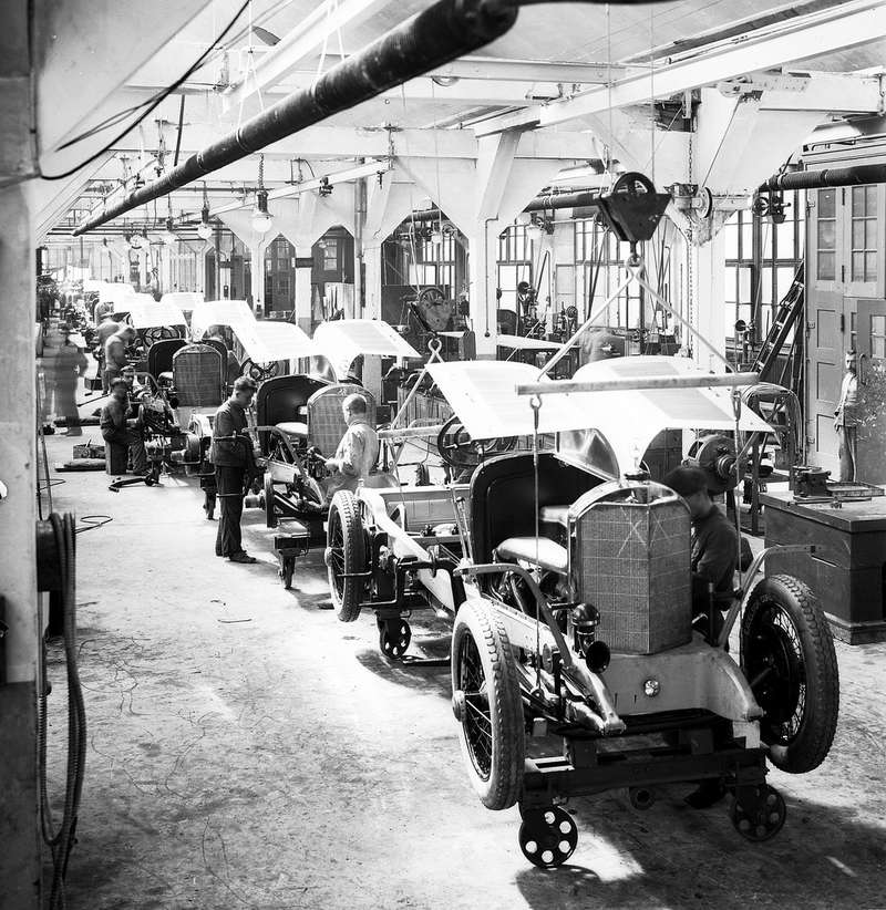 Chassis assembly at Daimler Motoren Gesellschaft in Untertürkheim, around 1921 no copyright