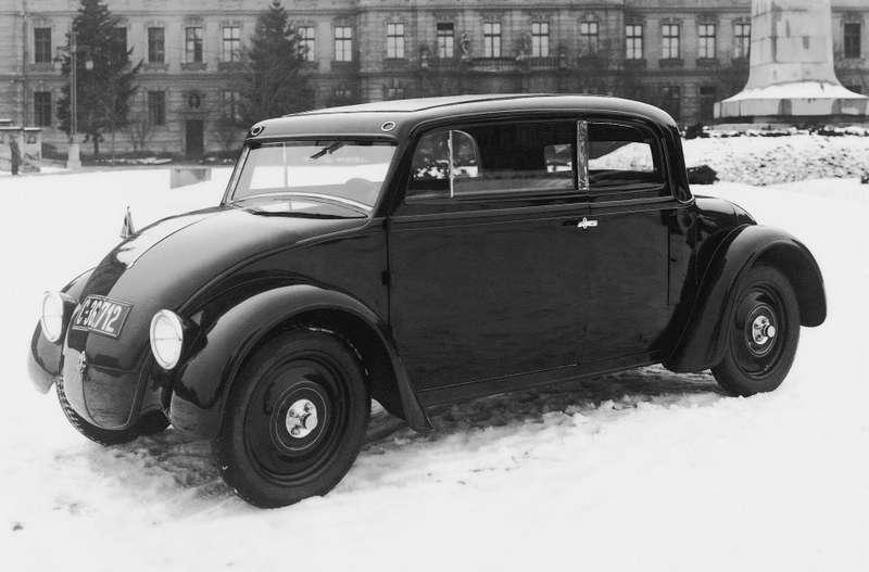 Гораздо менее известный проект, чем Tatra V750,— Skoda 932 1932 года. Ееназывали также «Кадломобилом». Кадло— это уменьшительное отКарела, так звали конструктора машины, инженера Хрдличку. Взадней части машины находился четырехцилиндровый оппозитный двигатель воздушного охлаждения (1,5л, 30л.с.)