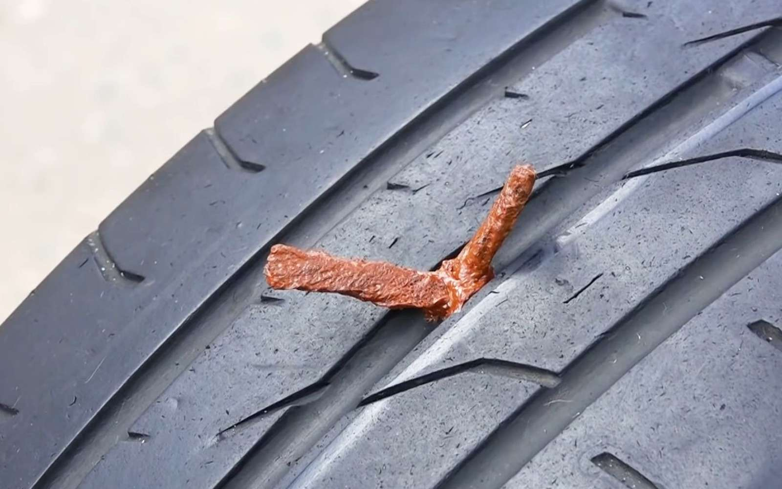 Ремонтируем прокол спомощью жгута— простая инструкция— фото 1006570