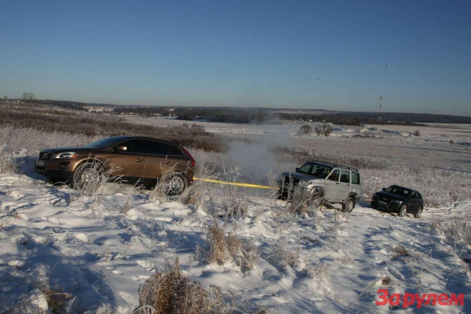 «Шведка» легко вытянула вгору «Патриота» ивпряглась было засвязку ихдвух  машин.... Чуда не произошло: забуксовала ближе квершине.