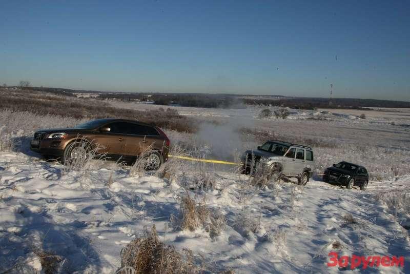 «Шведка» легко вытянула в гору «Патриота» и впряглась было за связку их двух  машин.... Чуда не произошло: забуксовала ближе к вершине.