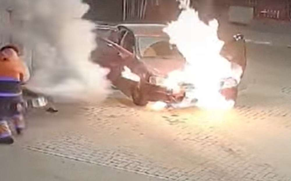 Видео дня: машина горит наАЗС, усотрудника минимум времени
