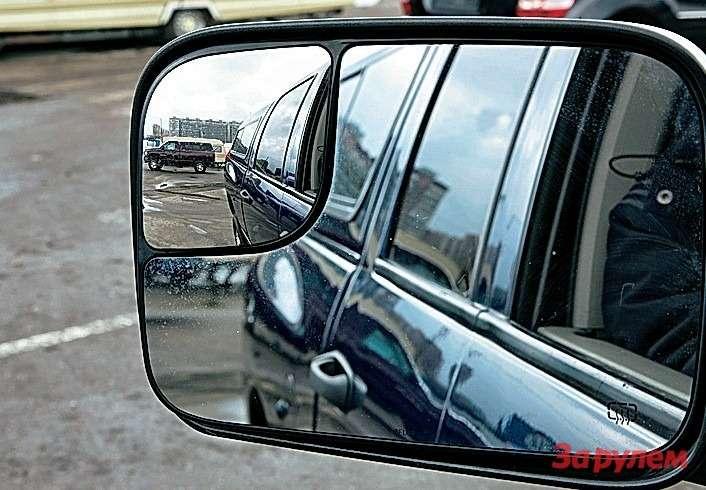 Зеркала, тем более собогревом,— первейшая вещь длягрузовика. Назаднем плане «Додж-Рэм 2500» содинарной кабиной ибензиновым мотором 5,7л.