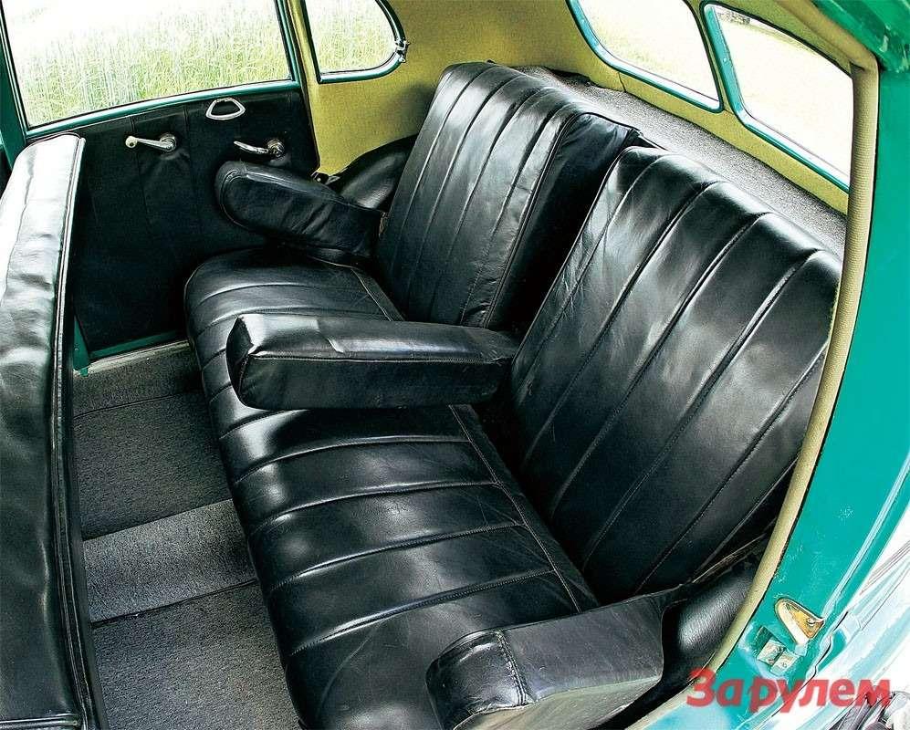В комплекте ккожаному дивану— три откидных подлокотника.