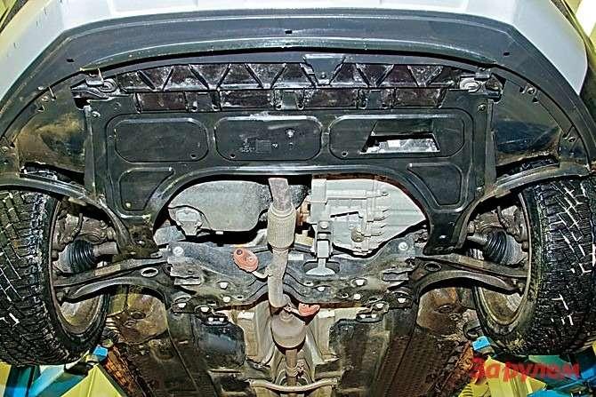 У «Кросса Поло» нет защиты двигателя, только пластиковый фартук, закрывающий переднюю часть моторного отсека. Номеста креплений длястального щита есть.