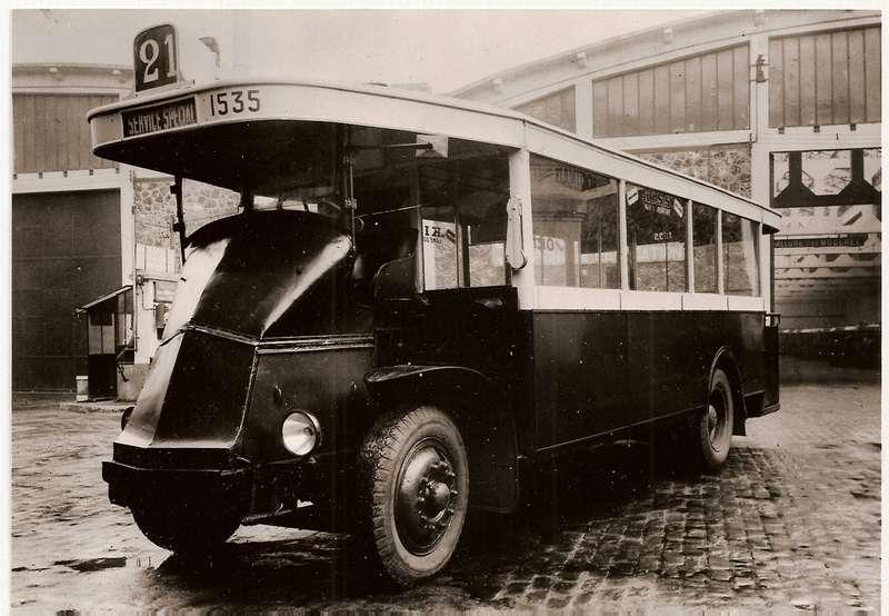 Парижские автобусы отличались необычной компоновкой, вызванной необходимостью как можно больше места отвести пассажирам. Водитель буквально восседал на моторе. На снимке - первый серийный автобус Renault, модель PN, выпуск которого начался в 1927 году. При длине 8,2 м автобус вмещал 16 человек в первом и 12 - во втором классах. Под капотом - 4-цилиндровый двигатель мощностью 45 л.с. Такие автобусы прослужили до 1950 года. Фото: http://forum.aceboard.fr