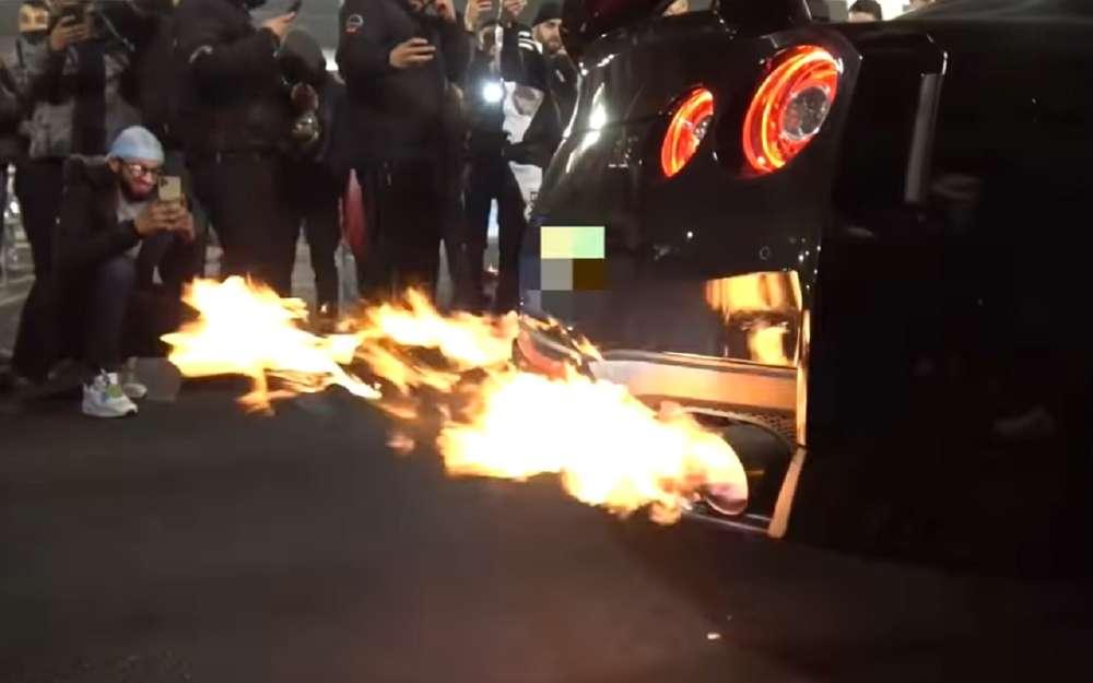 Тюнингованный Nissan GT-R загорелся вцентре Лондона (видео)