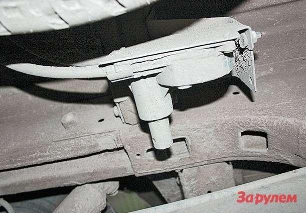 В последней версии лебедка запасного  колеса приводится воротком сбоку
