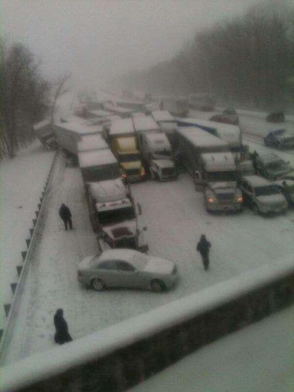 Наскоростном шоссе из-за снегопада столкнулись 15большегрузов