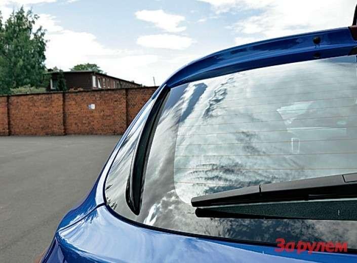 Настекле задней двери аэродинамические элементы. Вдождливую погоду они отсекут потоки воды, облегчая работу стеклоочистителя.