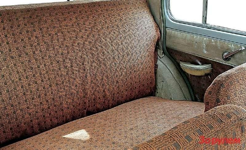 Назаднем сиденье пусть не очень просторно, нокак-то особенно уютно.