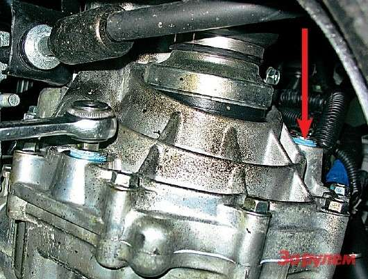 Длясливной пробки МКП используем ключ-трещотку сквадратом ⅜дюйма. Заливная пробка показана стрелкой. Прежде чем закручивать пробки, обезжирьте резьбу инанесите нанее тонкий слой герметика.