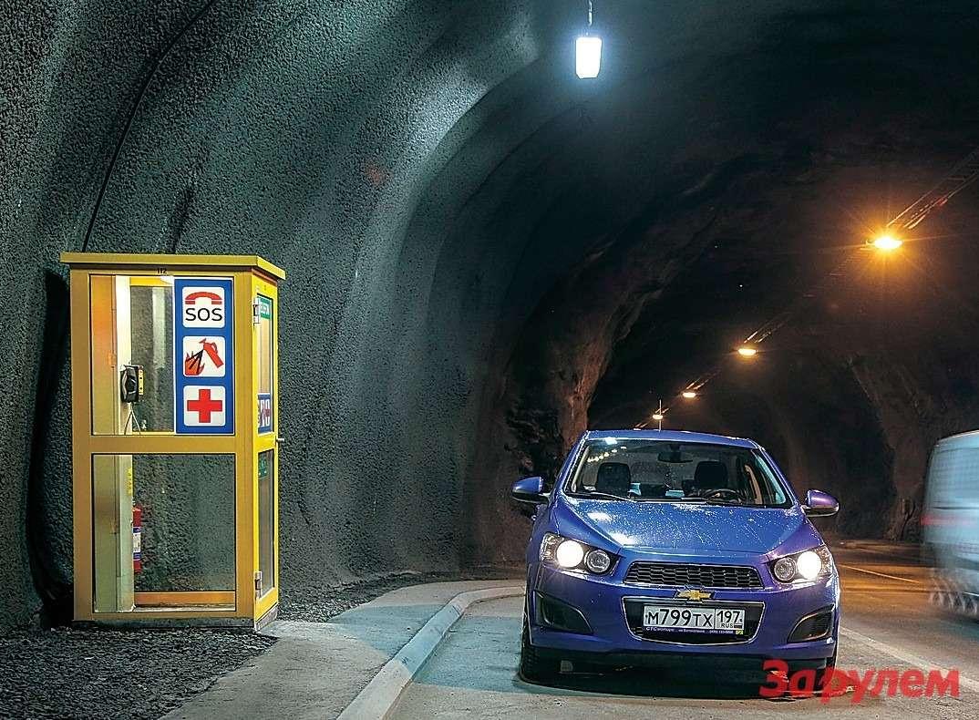 В туннелях предусмотрена аварийная связь.