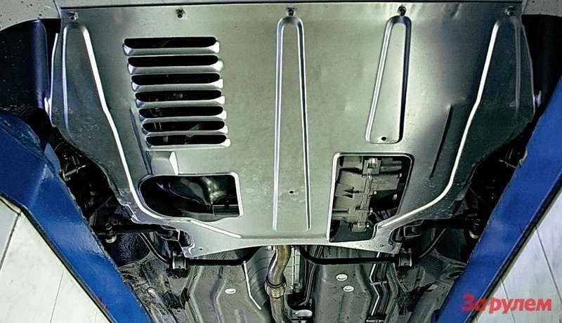 Подрамник непредусмотрен. Снизу силовой агрегат прикрыт жестяным пыльником. Настоящая защита— заотдельную плату.