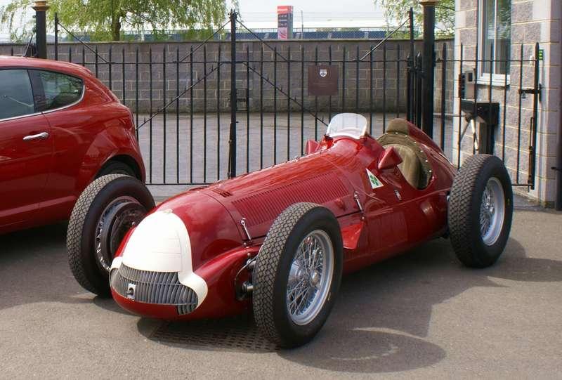Усовершенствованный вариант Alfetta 1951 года обозначался Tipo 159и имел мощность 425 л.с. при 9300 об/мин, при том, что это по-прежнему был 1,5-литровый мотор1-5