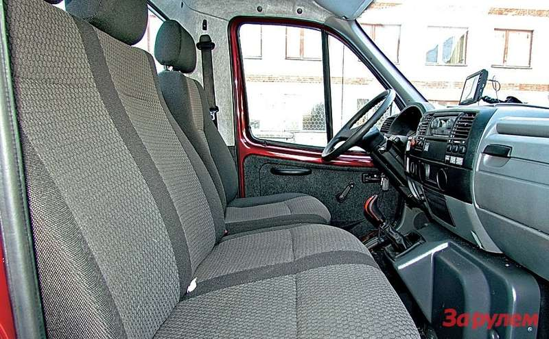 Интерьер— как у«Валдая», норычаг коробки передач перенесли нацентральную консоль.
