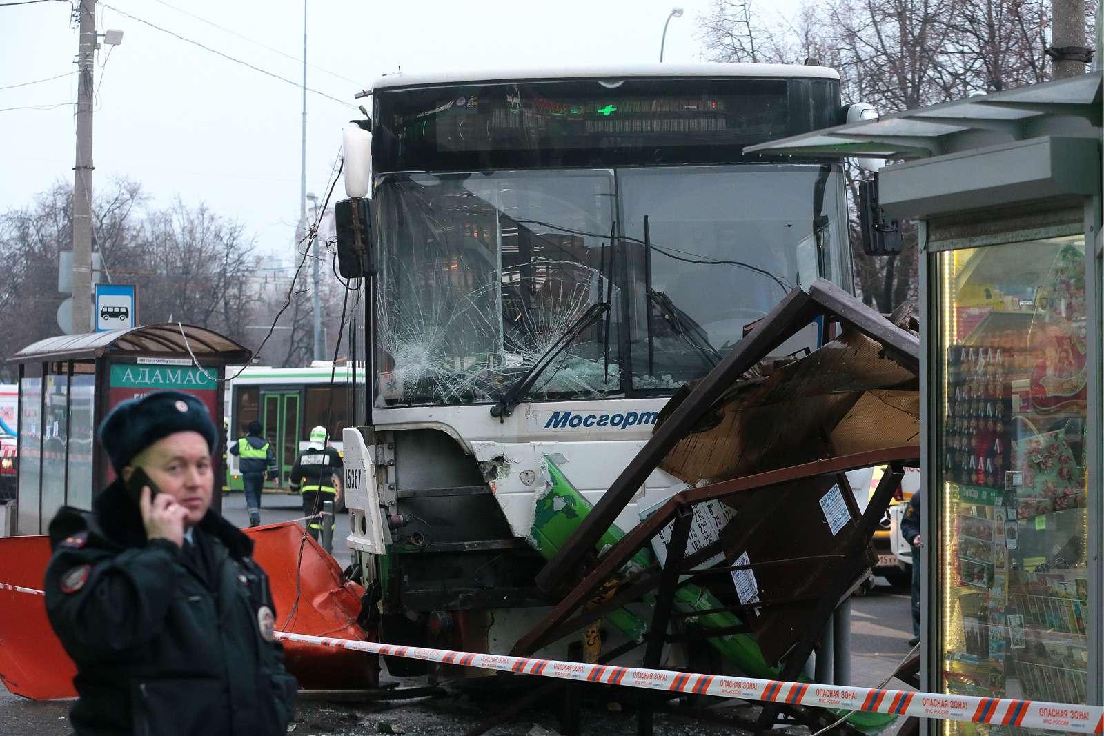 Снова! Автобус врезался востановку общественного транспорта— фото 831417