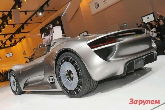 Porsche 918 Spyder side-rear view
