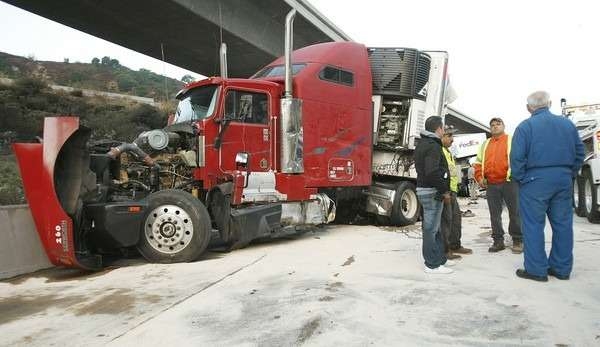 _no_copyright_trucks-crash-in-Newhall-Pass-California