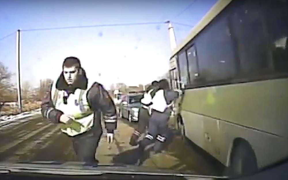 Мне срочно: угнал автобус итаранил грузовики иполицию (видео)