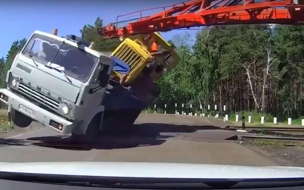 Неравная схватка: КАМАЗ итрактор против поезда (видео)