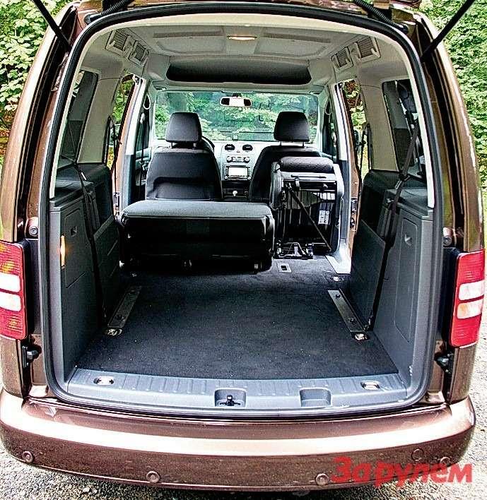Volkswagen Caddy: Вотличие отпредшественника, не только второй, ноитретий ряд сидений можно сложить или вовсе снять. Крепление-то отщелкнуть легко, авот вытащить кресла подсилу только физически подготовленному человеку.