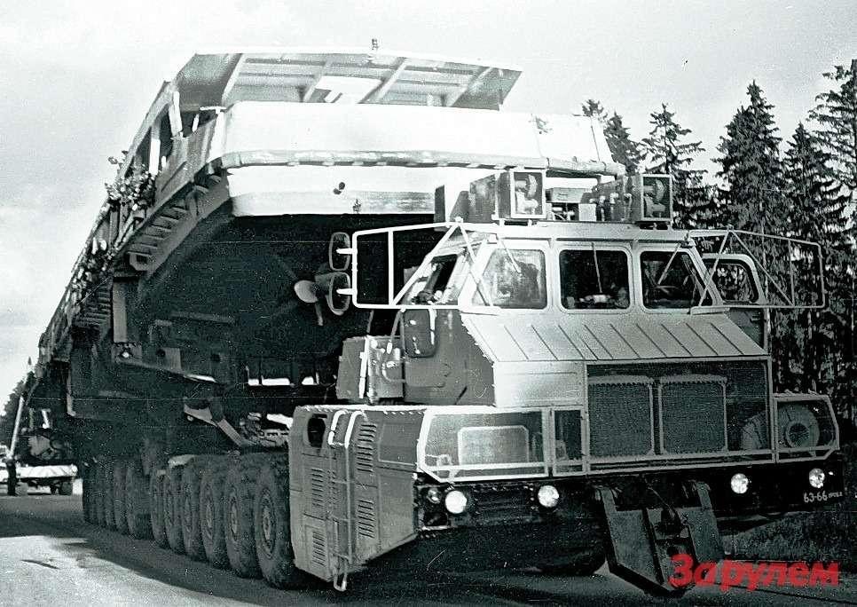 Исполин МАЗ-7907с 40-метровым катером на«спине».