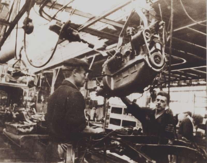 Установка двигателя ГАЗ М-1 на раму. Фото Николая Добровольского.