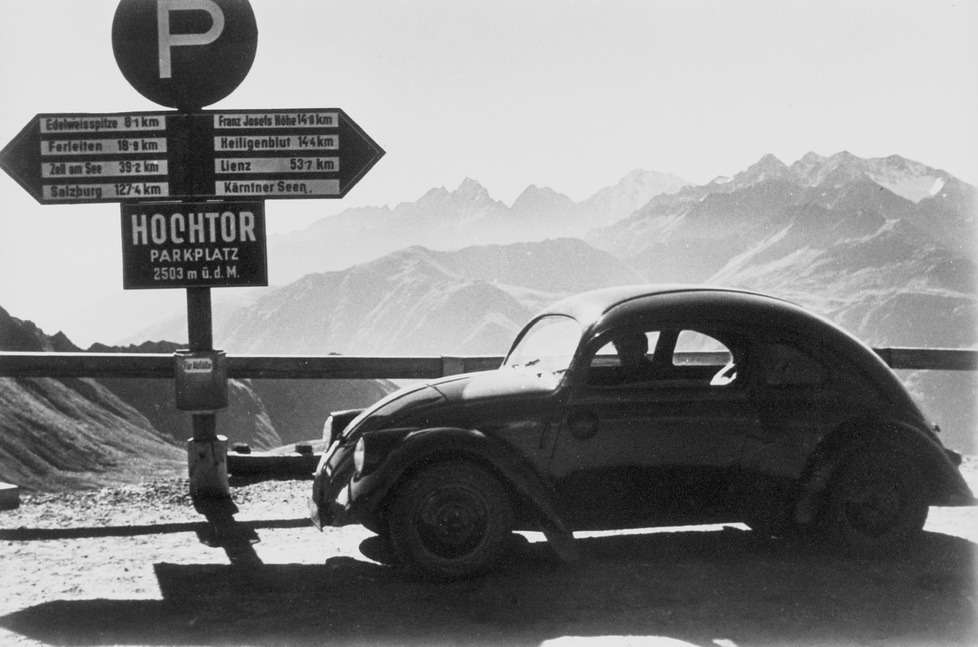 Автомобиль изопытной партии наальпийском перевале. Форму V3придумал кузовной конструктор бюро Porsche Эрвин Коменда (который впоследствии проектировал икорпус танка «Маус»). Впервые накузове появились «усы», позднее давшие повод назвать машину «жуком»