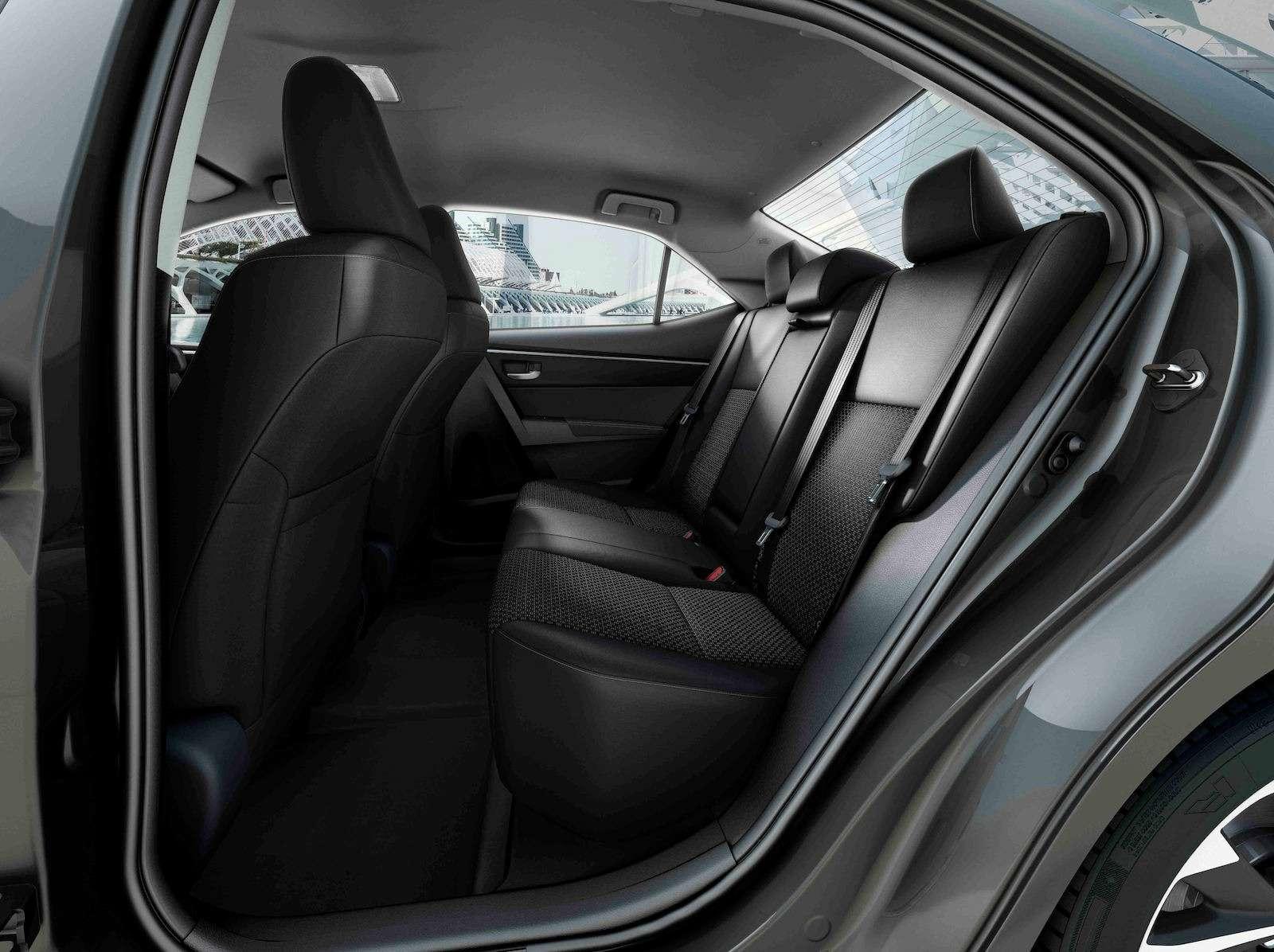Toyota представила обновленный седан Corolla— фото 599037