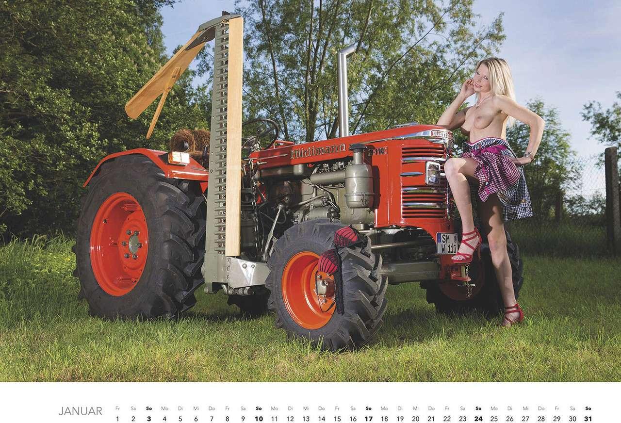 Первый календарь на2021год: неочень одетые трактористки (18+)— фото 1196277