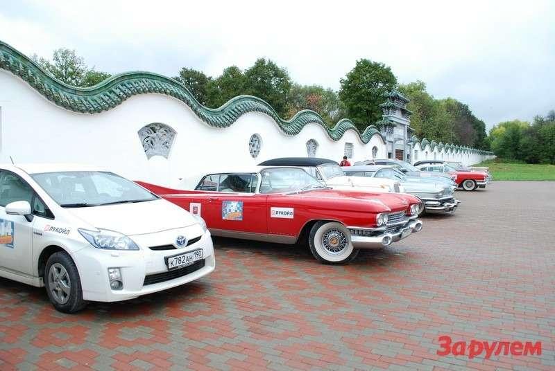 Toyota Prius иCadillac Eldorado Biarritz