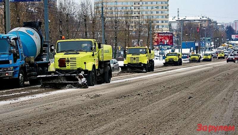 Парадный строй сотрудников очистки не может не радовать. К тротуару сгребут снег — и то хорошо. А там и лето не за горами.