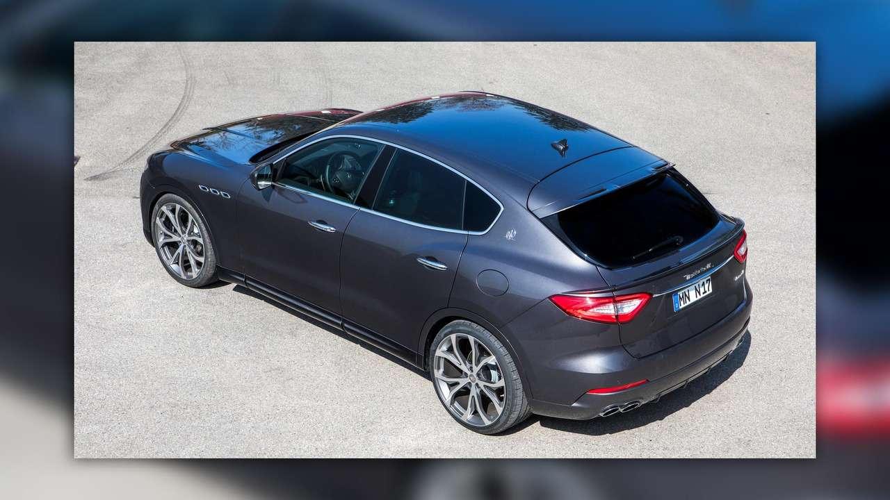 Нарасстоянии удара: Maserati Levante подобрался кPorsche Cayenne Turbo— фото 728859